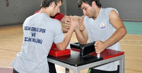 Adana Kozan'da Genç Erkekler Bilek Güreşi Yarışması Düzenleniyor
