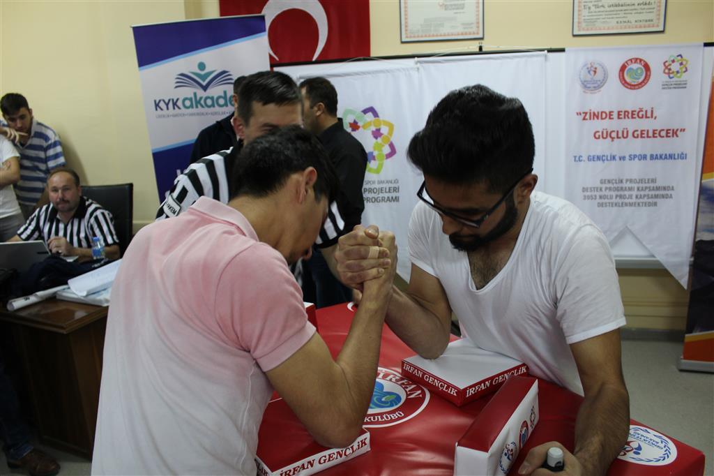 Konya Ereğli İrfan Gençlik, Bilek Güreşi Yarışması Düzenledi