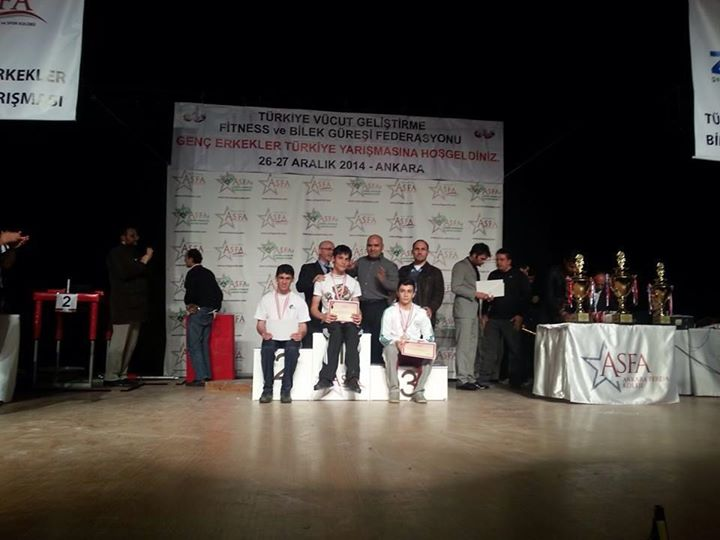 """""""Türkiye Bilek Güreşi Yarışması'nın"""" Kupa ve Madalya Kazananları Açıklandı"""