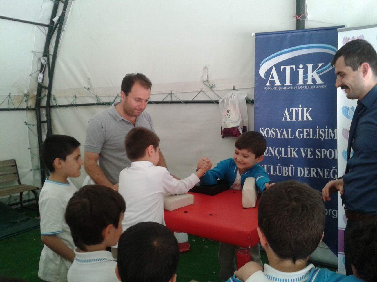 İstanbul Atikder, İlkokul Öğrencilerine Bilek Güreşi Turnuvası Düzenledi