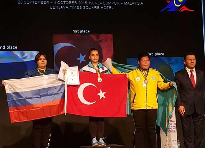 Sakarya Gençlik'ten Aysu Damar, Dünya Bilek Güreşi Şampiyonu Oldu