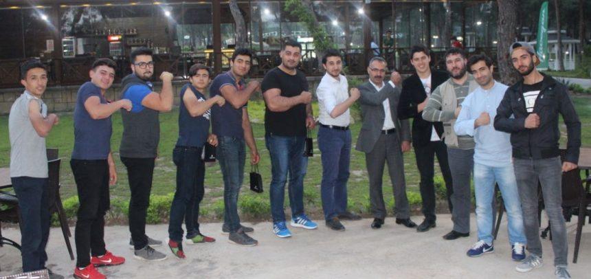 Antalya Dinamik Gençlik, Türkiye Derecesi Yapan Bilek Güreşi Milli Sporcularını Avrupa'ya Uğurladı
